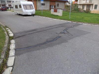 oprava prasklin zalitím spár asfaltovou zálivkou