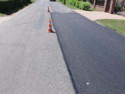 silnice opravená asfaltovou zálivkou