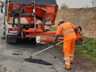 malé asfaltování, opravy výtluků a prasklin v asfaltu